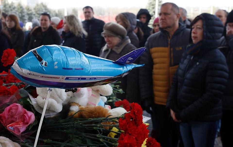 People pay their tribute to victims of the flydubai plane crash at a makeshift memorial outside the Rostov-on-Don airport on March 20, 2016 (AFP Photo/Sergei Venyavsky)