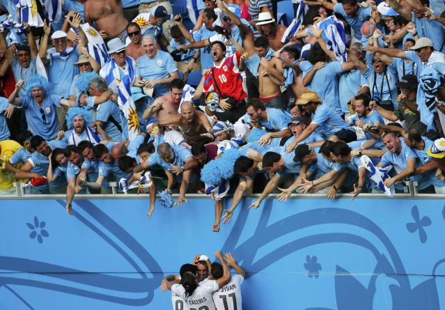 Uruguay's Diego Godin celebrates with his teammates after scoring against Italy during their 2014 World Cup Group D soccer match at the Dunas arena in Natal June 24, 2014. REUTERS/Carlos Barria (BRAZIL - Tags: SOCCER SPORT WORLD CUP TPX IMAGES OF THE DAY TOPCUP)