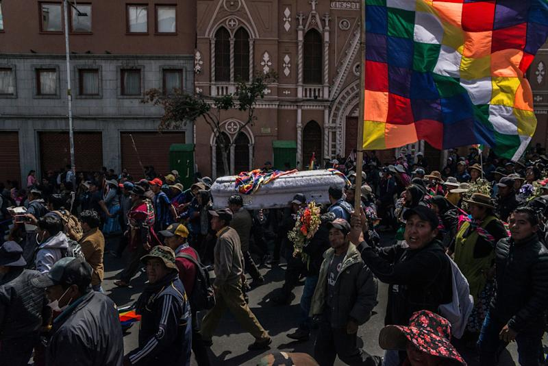 Supporters of the resigned Bolivian head of state Morales march in La Paz, the capital, carrying a coffin with the remains of a victim killed in the recent violent clashes and demanding the end of the current interim government. (Photo: picture alliance via Getty Images)