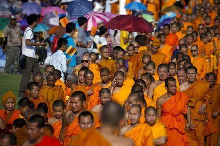 Buddhist monks take part in a protest against state interference in religious affairs at a temple in Nakhon Pathom province on the outskirts of Bangkok, Thailand, February 15, 2016. REUTERS/Athit Perawongmeth