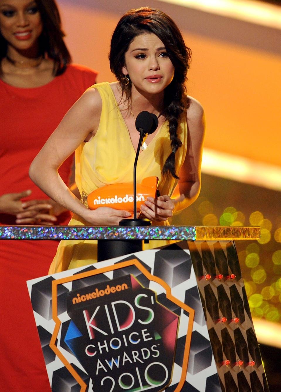 <p>Selena teared up while accepting her trophy for favorite TV actress at the Kids' Choice Awards in LA.</p>