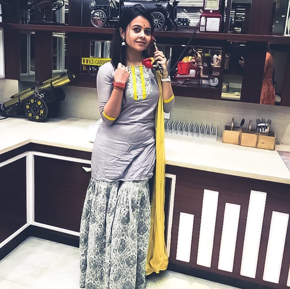 While most of the small screen actresses are taking their style quotient up, the<em> Saath Nibhana Sathiya</em> fame disappoints us. Not only is her outfit extremely dull and boring, she commits the greatest fashion sin there is - wearing an excruciatingly wrinkled up outfit.