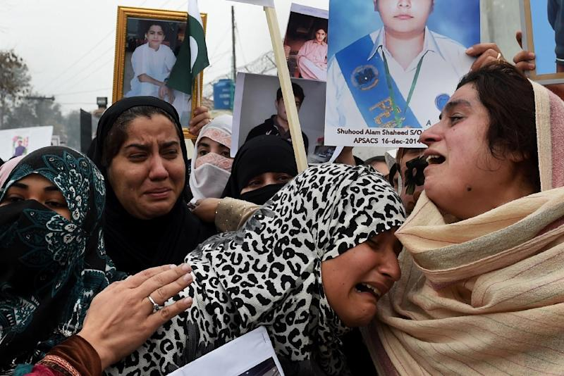 Pakistani relatives of schoolchildren killed in 2014 attack demonstrate againt any delays in the investigation during a rally in Peshawar, on February 7, 2015 (AFP Photo/A Majeed)