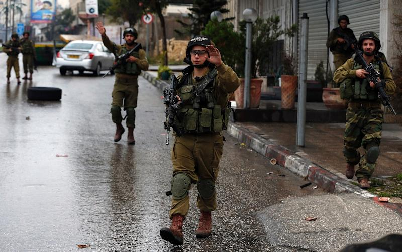Israeli security forces guard a checkpoint in the West Bank city of Hebron, on November 6, 2015 (AFP Photo/Ahmad Gharabli)