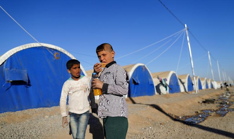 Iraqi refugees pictured at the Khazir refugee camp near the Kurdish checkpoint of Aski Kalak, 40 km west of Arbil, the capital of the autonomous Kurdish region of northern Iraq, on November 21, 2016 (AFP Photo/Thomas Coex)