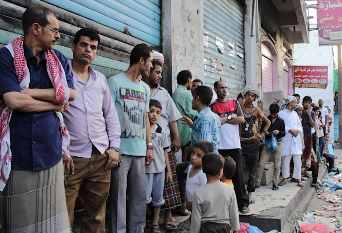Yemenis wait in line to buy bread from a bakery in the city of Taez, on April 22, 2015 (AFP Photo/Abdel Rahman Abdallah)