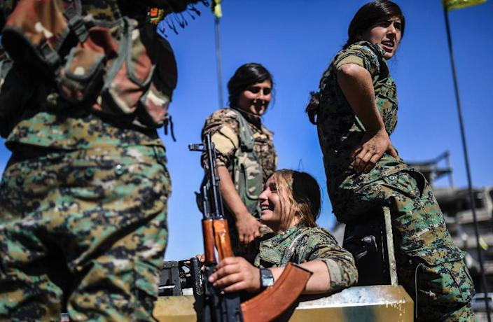 Kurdish women fighters of the US-backed Syrian Democratic Forces gather for a victory celebration in the former Islamic State group bastion of Raqa on October 19, 2017 (AFP Photo/BULENT KILIC)