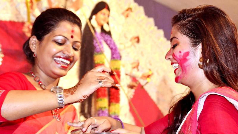 Durga Puja 2020 Special: Why Do Bengali Married Women Wear 'Lal Paad Shada Saree' During Pujo? Here's What the Traditional Attire Actually Signifies