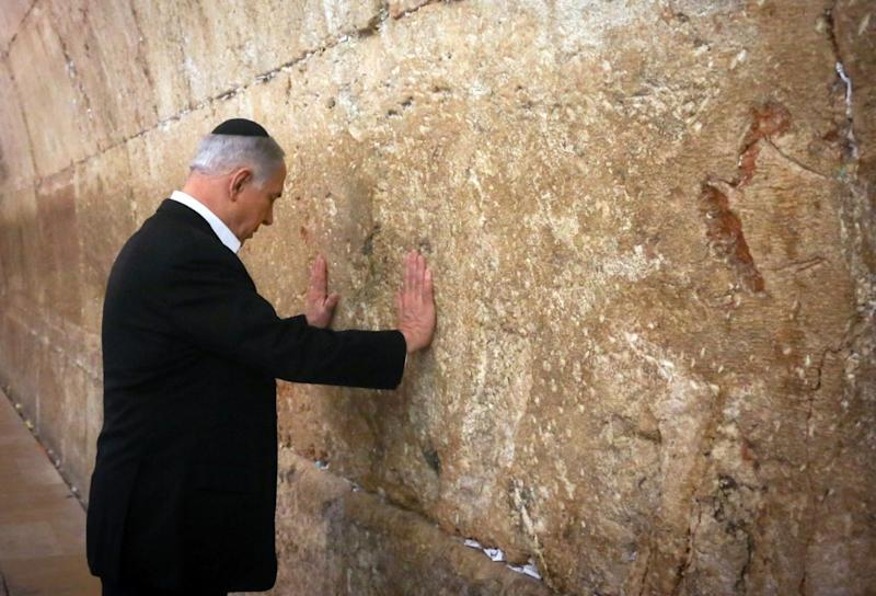 Israeli Prime Minister Benjamin Netanyahu prays at the Western Wall on February 28, 2015 (AFP Photo/)