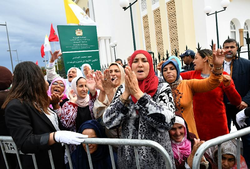 Thousands of Moroccans greeted Pope Francis in the capital Rabat (AFP Photo/Alberto PIZZOLI)