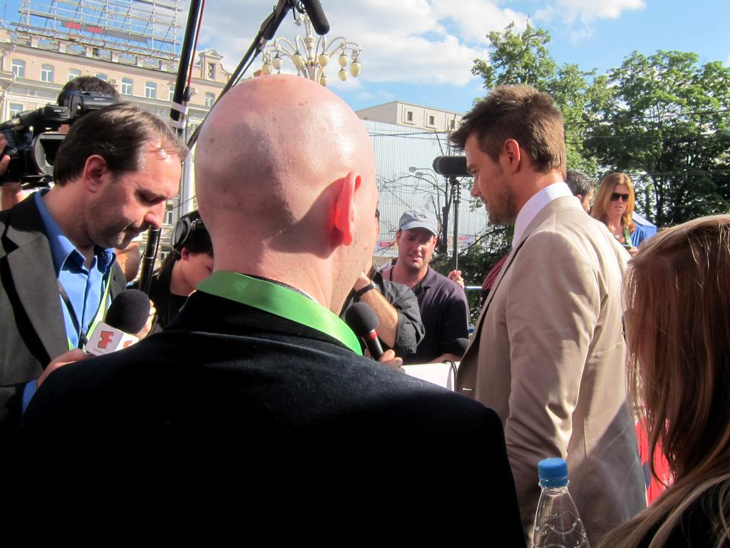 """By and large, red carpet interviews are a waiting game, and everybody wants a turn talking to actor <a href=""""http://movies.yahoo.com/movie/contributor/1804581818"""">Josh Duhamel</a>."""
