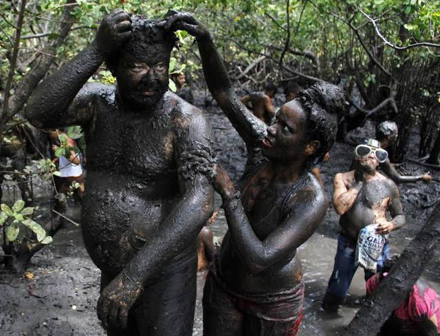 "Revellers cover themselves with mud from mangrove swamps as they celebrate Carnival at the annual block party known as ""Os Cao"" (The Dog) in Redinha, Rio Grande do Norte state in northeastern Brazil, March 4, 2014. REUTERS/Nuno Guimaraes (BRAZIL - Tags: SOCIETY)"