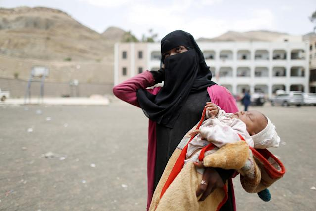 A woman displaced by the fighting in the Red Sea port city of Hodeidah holds her child in a school allocated for IDPs in Sanaa, Yemen June 23, 2018. REUTERS/Khaled Abdullah TPX IMAGES OF THE DAY
