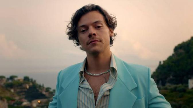 "Potret Tampilan Fashion Harry Styles dalam Video Klip Single Terbarunya ""Golden"" (dok. YouTube/Harry Styles/ Brigitta Bellion)"