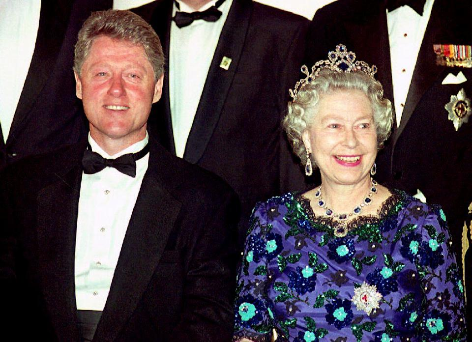 US President Bill Clinton and Britain's Queen Elizabeth II smile for the cameras during the group photo session at the Guildhall  04 June 1994 prior to a celebratory banquet for the 50th anniversary of the D-Day invasion of Normandy. (Photo by GERRY PENNY / AFP) (Photo by GERRY PENNY/AFP via Getty Images)