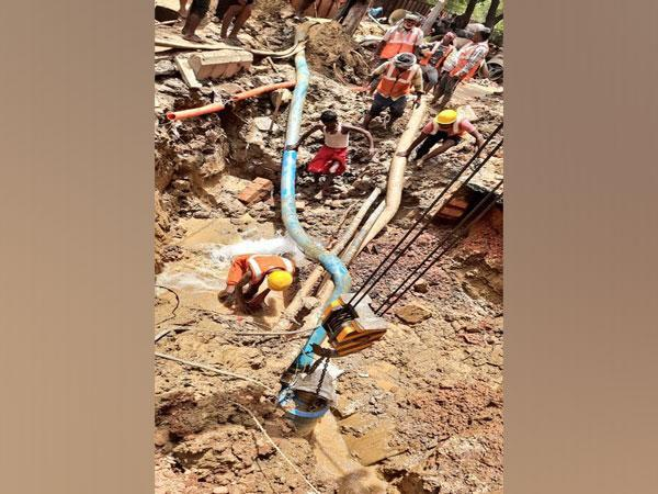 Visual of the site where the water pipeline leaked in Pitampura (Photo/Twitter)