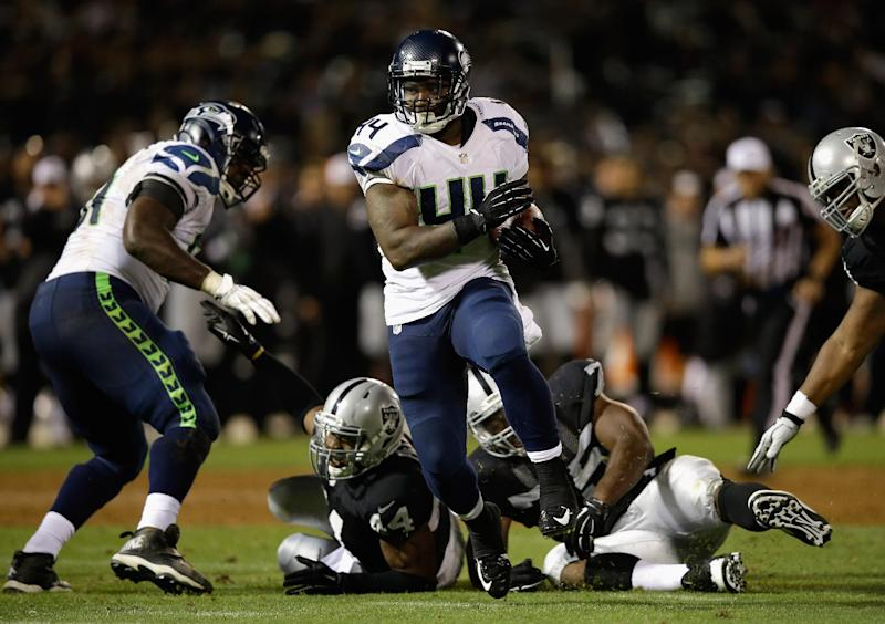 A running back of the Seattle Seahawks carries the ball in a game against the Oakland Raiders in Oakland, California, August 28, 2014 (AFP Photo/Ezra Shaw)