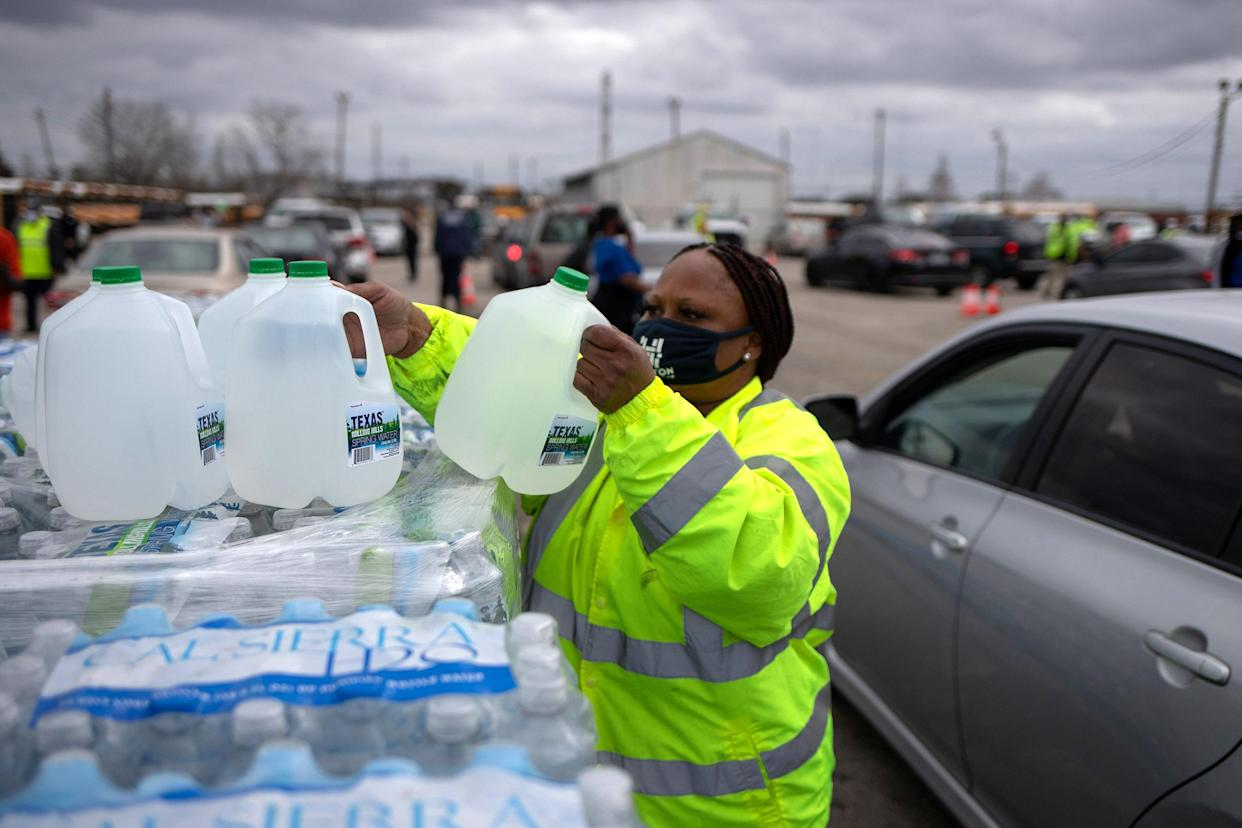 Image: Volunteers give water to residents affectred by  unprecedented winter storm in Houston, Texas (Adrees Latif / Reuters)