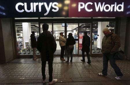 People wait outside a Currys PC World shop before the early opening of the Black Friday sales on Tottenham Court Road in London, November 27, 2015. REUTERS/Suzanne Plunkett