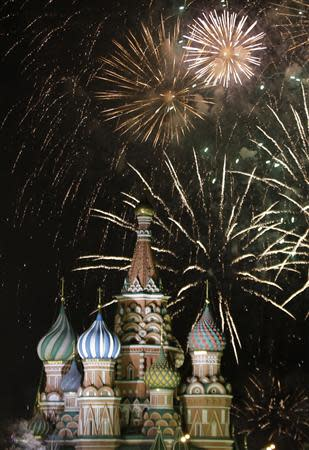 Fireworks explode in the sky during New Year celebrations in Moscow's Red Square January 1, 2014. REUTERS/Tatyana Makeyeva