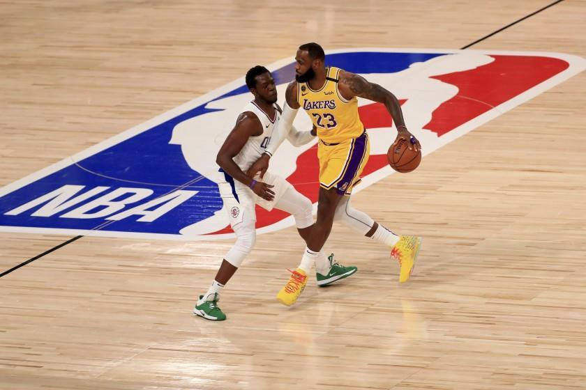 Los Angeles Lakers' LeBron James (23) dribbles the ball against Los Angeles Clippers' Reggie Jackson.