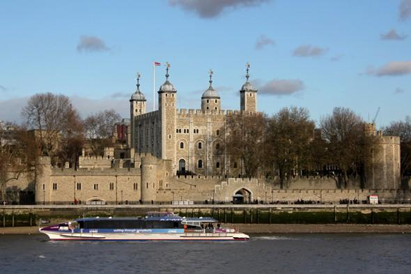 Tower of London robbed as thief scales gates and grabs keys