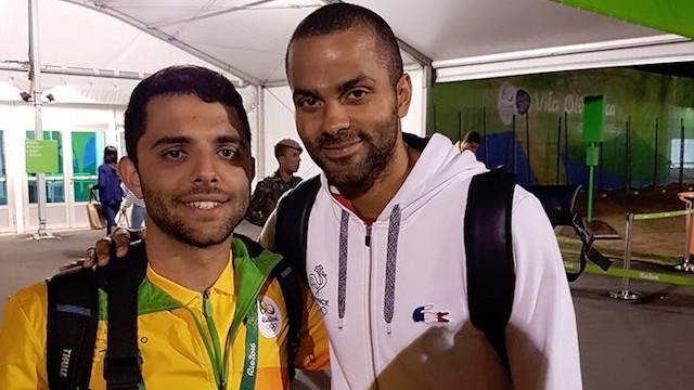 Brazilian Olympic volunteer Vitor Galvani poses with French national basketball team star Tony Parker. (Facebook)