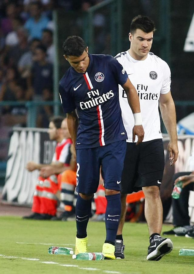 Paris Saint-Germain's Brazilian defender Thiago Silva holds his hamstring as he leaves the pitch after being injured during the friendly against SSC Napoli at the Sao Paolo Stadium in Naples, southern Italy on August 11, 2014 (AFP Photo/Carlo Hermann)