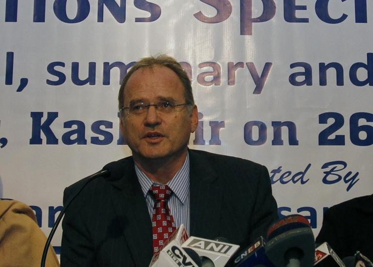 Christof Heyns, UN Special Raporteur on Extrajudicial Summary and Arbitrary Executions, addresses journalists in Srinagar, India, on March 26, 2012 (AFP Photo/)