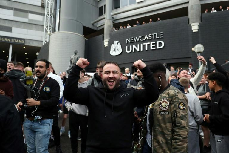 Newcastle fans celebrate the takeover of their club by a Saudi-led consortium (AFP/-)