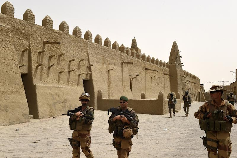 French and Malian soldiers patrol next to the Djingareyber Mosque on June 6, 2015 in Timbuktu, during a joint operation (AFP Photo/Philippe Desmazes)