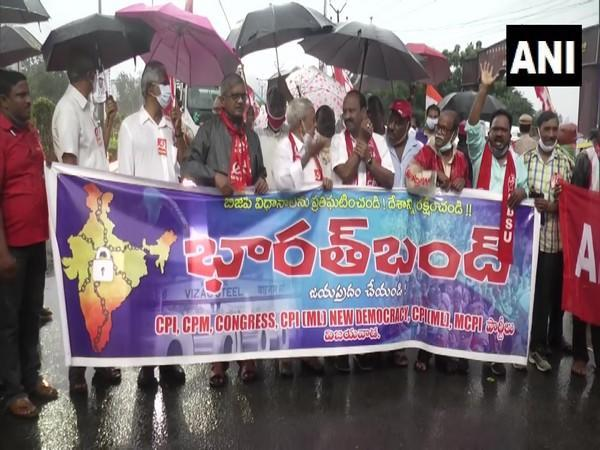 Left parties protest in front of Vijayawada bus station to observe Bharat Bandh. (Photo/ ANI)