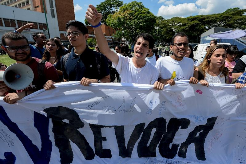 Students from the public Central University of Venezuela demonstrate in demand of the referendum on removing President Nicolas Maduro, in Caracas on October 21, 2016 (AFP Photo/Federico Parra)