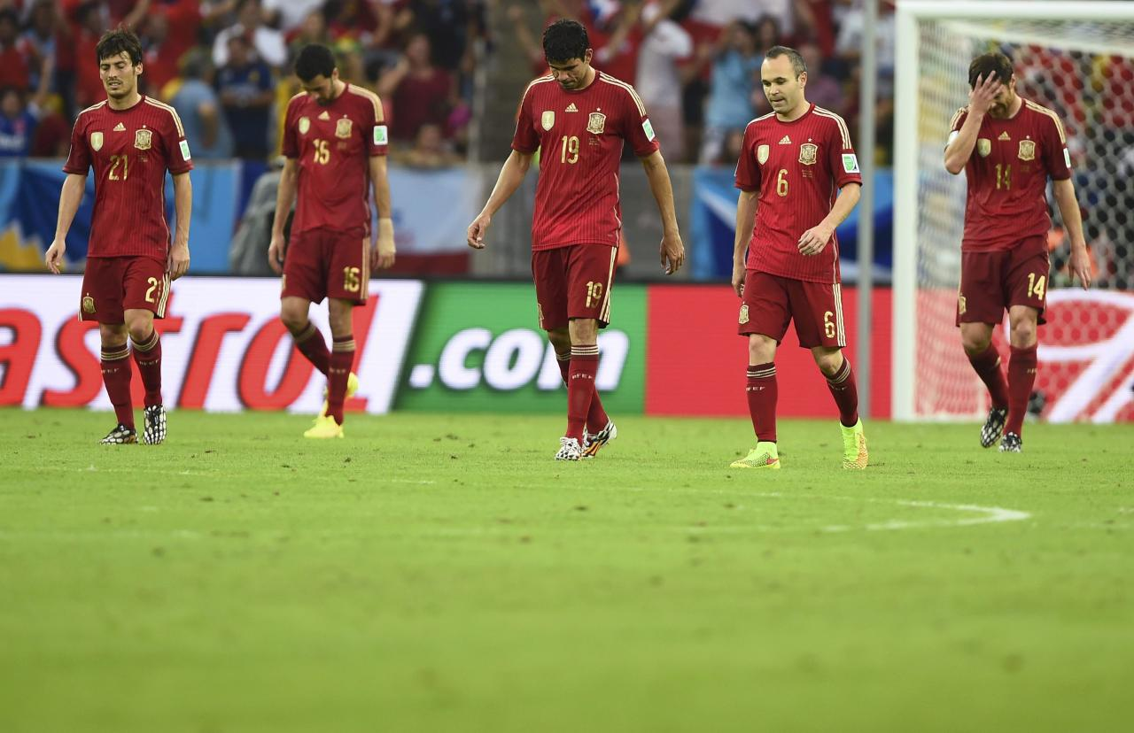 (L-R) Spain's David Silva, Sergio Busquets, Diego Costa, Andres Iniesta and Xabi Alonso react after Chile's Charles Aranguiz scored his team's second goal during the 2014 World Cup Group B soccer match at the Maracana stadium in Rio de Janeiro June 18, 2014. REUTERS/Dylan Martinez (BRAZIL - Tags: SOCCER SPORT WORLD CUP) TOPCUP