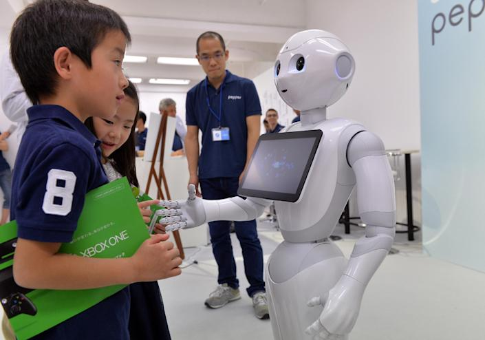 "Japanese mobile communication giant Softbank's humanoid robot ""Pepper"" in Tokyo on June 28, 2014 (AFP Photo/Yoshikazu Tsuno)"