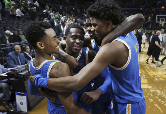 UCLA's Jaylen Hands, left, Prince Ali, Kris Wilkes and Chris Smith celebrate after UCLA defeated Oregon in an NCAA college basketball game Thursday, Jan 10, 2019, in Eugene, Ore. (AP photo/Chris Pietsch)