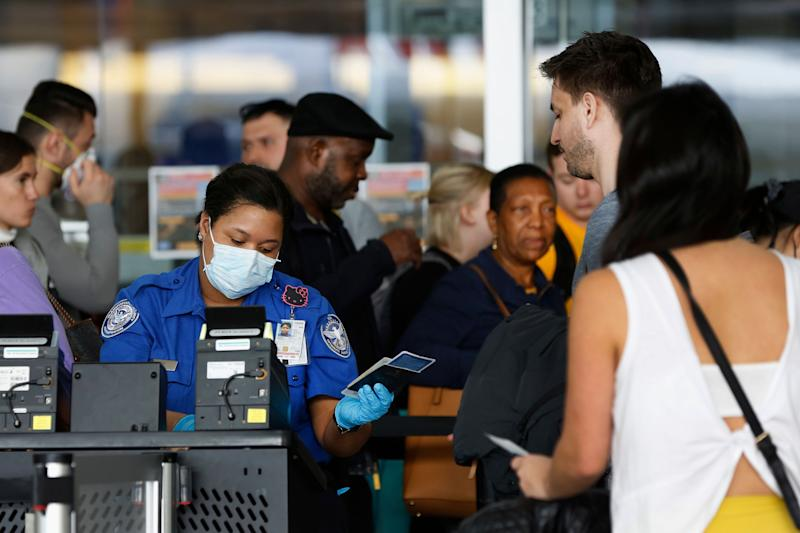 "Pour voyager, pour reprendre le travail ou tout simplement sortir de chez soi... Les dirigeants de certains pays envisagent de distribuer des ""passeports d'immunité"" aux personnes guéries du COVID-19.    (Photo: ASSOCIATED PRESS)"