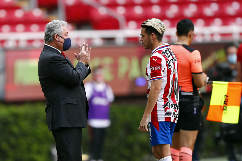 ZAPOPAN, MEXICO - AUGUST 15: Victor Vucetich new coach of Chivas gives instructions to Jesus Angulo during the 5th round match between Chivas and Atletico San Luis as part of the Torneo Guard1anes 2020 Liga MX at Akron Stadium on August 15, 2020 in Zapopan, Mexico. (Photo by Refugio Ruiz/Getty Images)