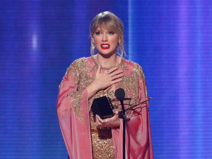 Taylor Swift accepts the Artist of the Year award at the American Music Awards on November 24, 2019. (Photo: REUTERS/Mario Anzuoni)