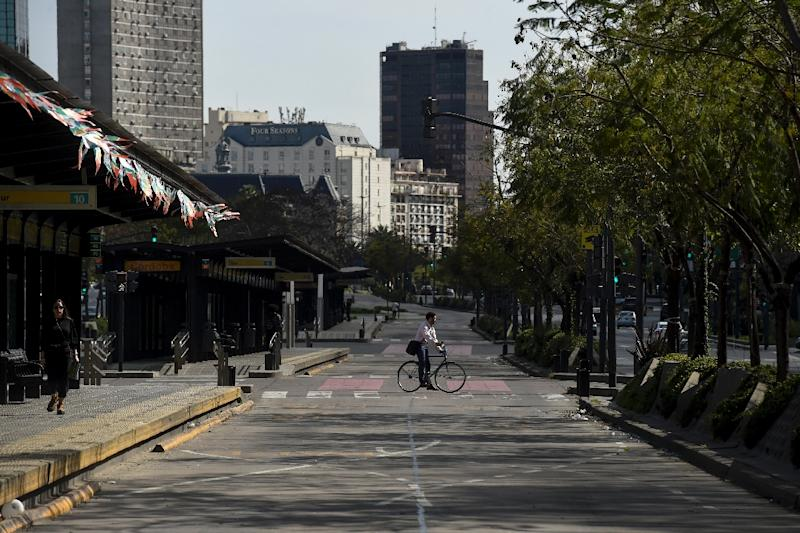 A man rides his bike across the empty 9 de Julio avenue in Buenos Aires, during a 24-hour general strike on September 25, 2018 (AFP Photo/EITAN ABRAMOVICH)