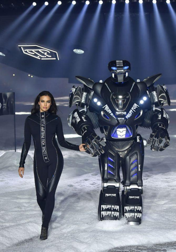 <p>Irina Shayk Hand in Hand mit Phillip Pleins Transformers-Roboter. (Bild: Getty) </p>
