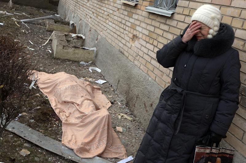 A Ukrainian woman cries near the body of her son, who was killed during the shelling of a hospital in Donetsk's Tekstilshik district on Febuary 4, 2015 (AFP Photo/Dominique Faget)