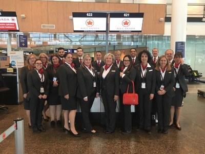 Group shot of Air Canada workers in uniform. (CNW Group/Unifor)