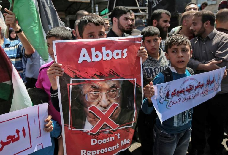 Supporters of Hamas, Islamic Jihad and Al-Ahrar movement, protest against Palestinian Authority president Mahmud Abbas in the southern Gaza Strip town of Rafah on May 2, 2017