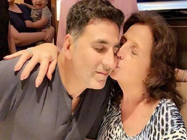 Akshay Kumar with his late mother Aruna Bhatia (Image source: Instagram)