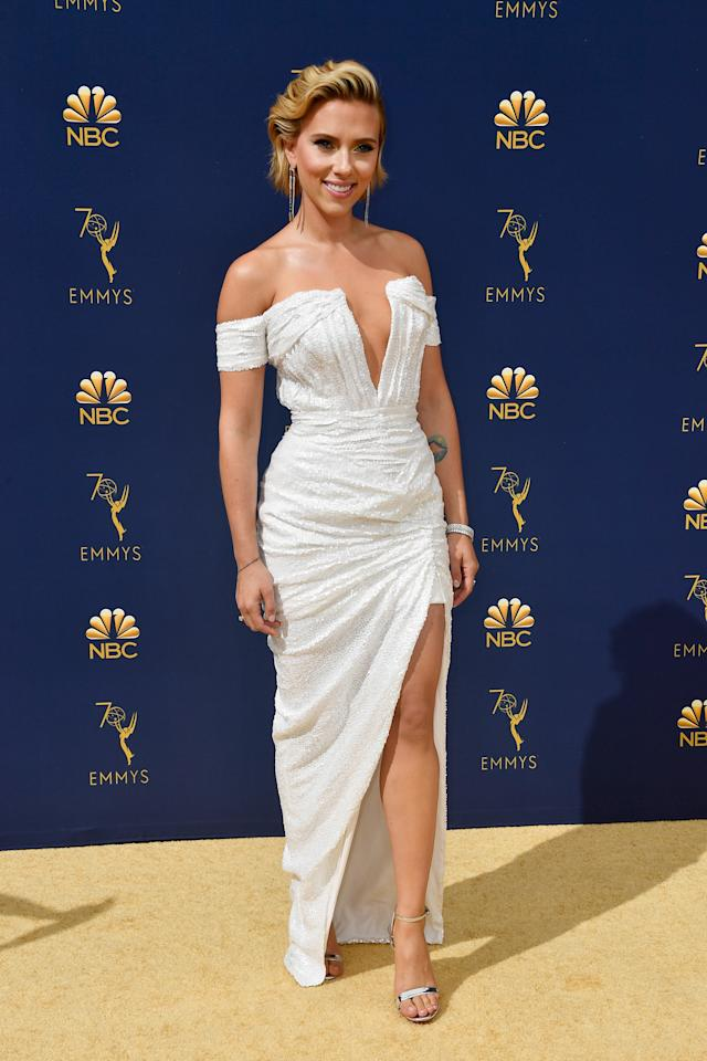 <p>Scarlett Johansson glimmers in a white off-shoulder gown made of delicate sequined fabric.<br />Photo: Getty </p>