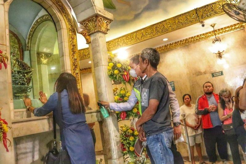 Catholics urged not to kiss, touch sacred images