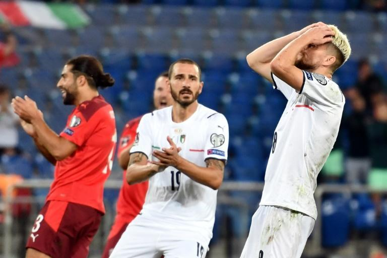 Jorginho (R) missed a penalty but Italy set a new record for longest unbeaten run (AFP/Fabrice COFFRINI)