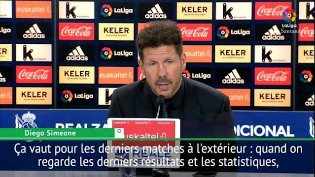 VIDEO LIGA - Battu 3-0 jeudi soir sur la pelouse de la Real Sociedad, l'Atlético Madrid voit le Real Madrid revenir à trois points au classement. Diego Simeone, l'entraîneur des Colchoneros, s'inquiète des résultats à l'extérieur de son équipe.