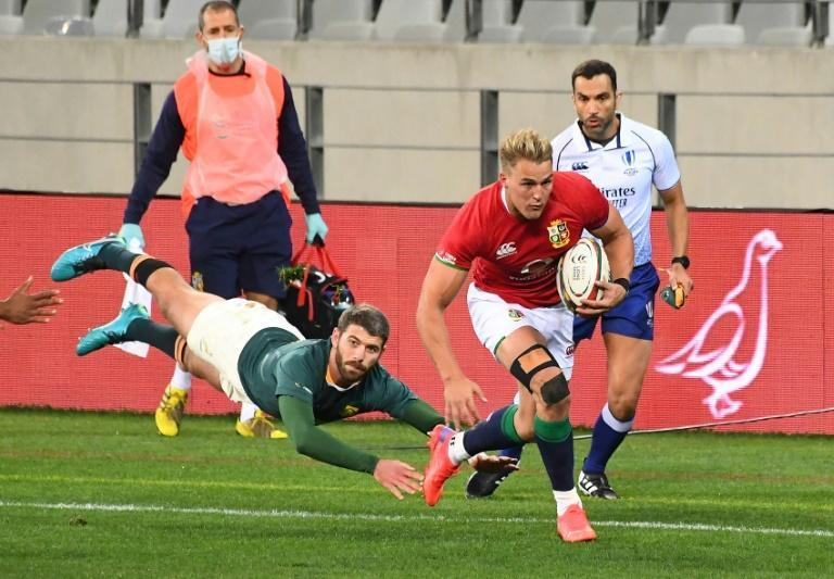 British and Irish Lions winger Duhan van der Merwe (R) evades South Africa full-back Willie le Roux in Cape Town